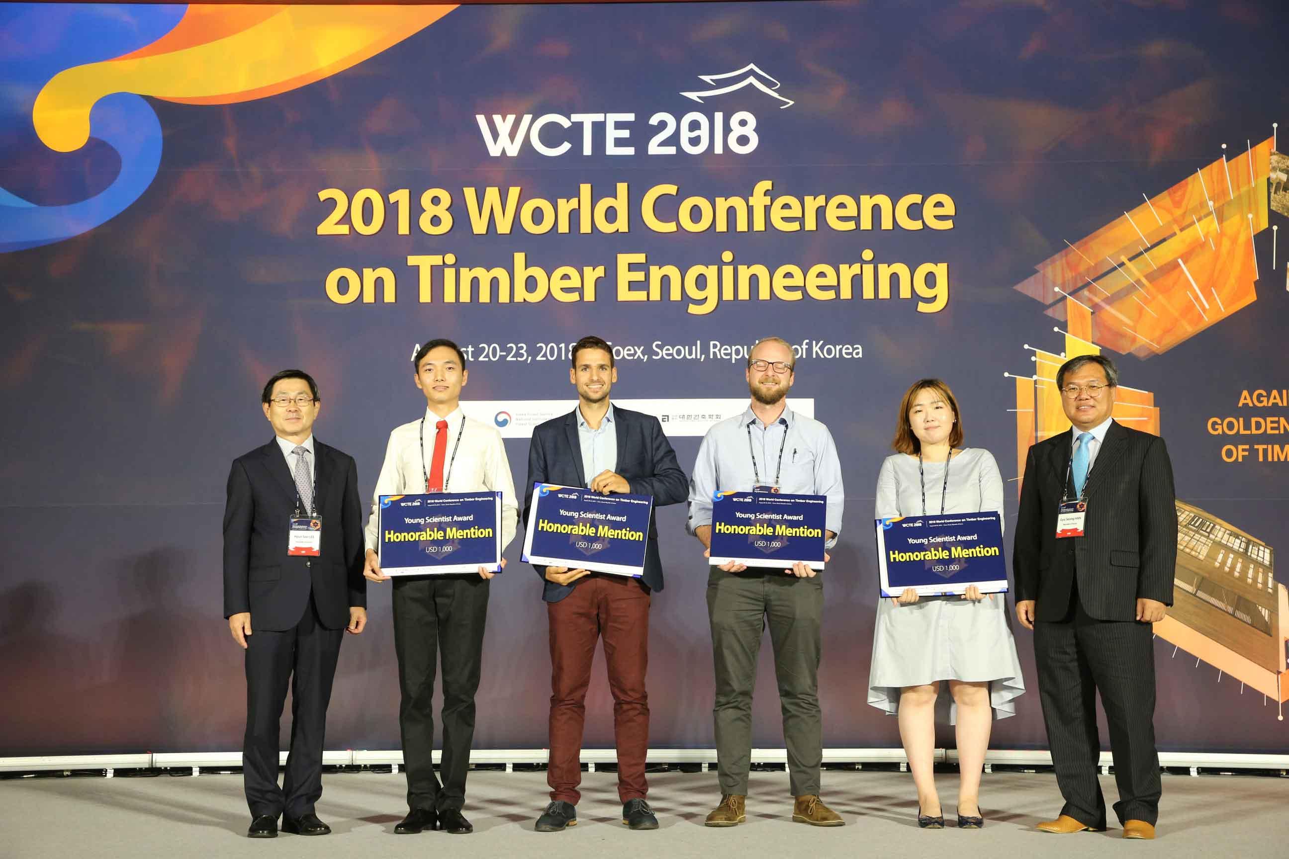 董翰林在世界木结构大会WCTE上汇报研究成果并接受颁奖